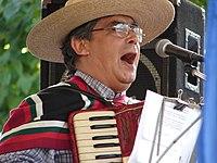 Un folclorista canta una cueca, el baile nacional.