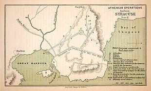 Lì dove vi è scritto Bay of Thapsos (Baia di Thapsos) è il luogo che precedeva l'entrata a Syrakousai dalla porta nord principale, detta Hexapylon (porta dalle sei porte) ricadente nell'attuale territorio di Santa Panagia.