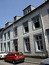 foto van Huis met zeer brede lijstgevel.