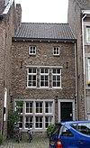 foto van Terugliggend huis met gepleisterde lijstgevel.