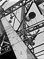 Manden aan de Hembrug over het Noordzeekanaal, Bestanddeelnr 189-0485.jpg