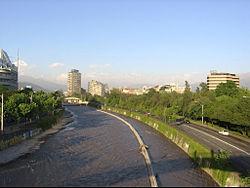 Vista del río Mapocho en el sector oriente de Santiago.