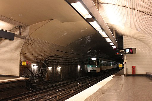 Metro Paris - Ligne 8 - Station Invalides - MF 77 (2)