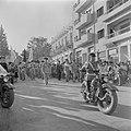 Militair muziekkorps voorafgegaan door een motorrijder tijdens de militaire para, Bestanddeelnr 255-0987.jpg