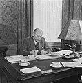 Minister-president Schermerhorn aan zijn bureau Hij eet een broodje, Bestanddeelnr 900-8196.jpg