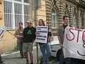 Mladí zelení na svém neohlášeném shromáždění poblíž sídla své strany v Ostrovní ulici.jpg