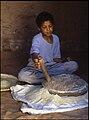 Mljevenje žitarica u žrvnju - El Golea 25. travnja. 1985.jpg