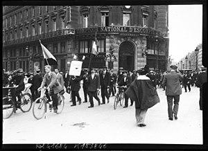 Comptoir national d'escompte de Paris - Mobilization in August 1914, place de l'Opera in Paris, bank in background