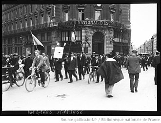 Comptoir national d'escompte de Paris - Mobilization in August 1914, place de l'Opera in Paris, bank in background