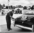 NMA.0080630 En kvinna tankar en Hudson Pacemaker årsmodell 1950.jpg
