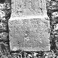 Napis na nagrobniku ob cerkvenem zidu v Bovcu (detajl) 1952.jpg