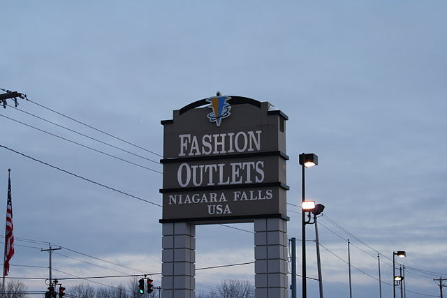 Niagara Falls Factory Outlet By Deutsch Fetisch (Own work) [CC-BY-SA-3.0 (https://creativecommons.org/licenses/by-sa/3.0) or GFDL (https://www.gnu.org/copyleft/fdl.html)], via Wikimedia Commons