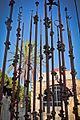 Omaggio a Gaudì di Pinuccio Sciola davanti la basilica di S. Saturnino..jpg