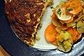 Omelet med røget ørred, forårsløg, champignon og rygeost og salat af jordskokker, gulerødder og æbler (5221750904).jpg