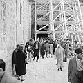 Paasviering. Gelovigen bij de steigers bij de ingang van de Heilige Graf kerk, Bestanddeelnr 255-5256.jpg