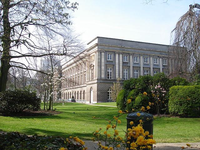 https://upload.wikimedia.org/wikipedia/commons/thumb/e/e4/Palais_d%E2%80%99Academies%2C_Bruxelles.JPG/640px-Palais_d%E2%80%99Academies%2C_Bruxelles.JPG