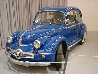Photo d'une berline bleue exposée dans un musée.