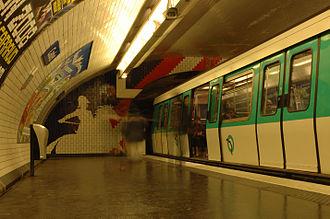 Cadet (Paris Métro) - Image: Paris Entrée en gare du métro à la station Cadet (ligne 7) 3