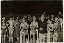 Charlie Chaplin dan GPH Suryohamijoyo di PanggungTerbuka Roro