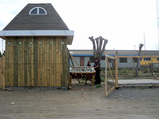 People taking their belongings from a kiosk located near the Pichilemu costanera. Image: Diego Grez.