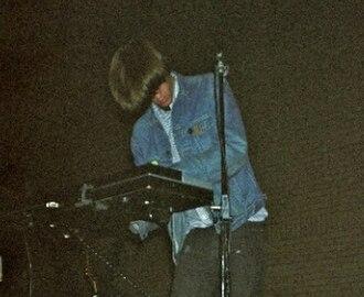 Peter Kember - Kember playing as part of Spacemen 3 in 1989