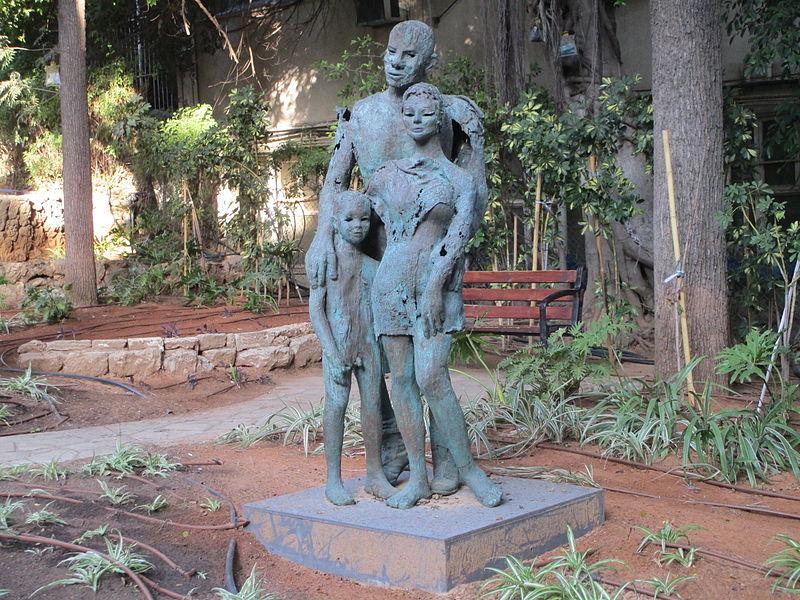 פסל המשפחה של אילנה גור בחצר עיריית רמת גן