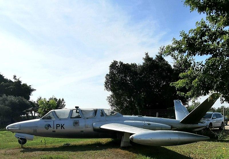 מטוס ישן בתצוגה