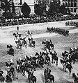 Primoli, Giuseppe - Militärparade in der Piazza dell'Indipendenza anlässlich der Hochzeit des Prinzen von Napoli (1) (Zeno Fotografie).jpg