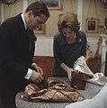 Prinses Beatrix en prins Claus krijgen geschenk aangeboden, Bestanddeelnr 254-7527.jpg