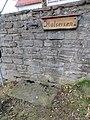 Questenberg - Halseisen an Kirchenmauer.jpg