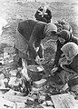Radzieckie kobiety podczas gotowania na otwartej przestrzeni (2-1907).jpg