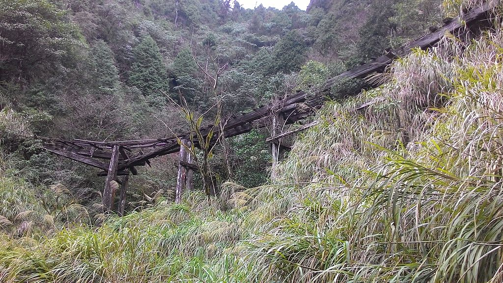 https://upload.wikimedia.org/wikipedia/commons/thumb/e/e4/Railway_relics_of_Taiping_Mountain_Forest_Railway.jpg/1024px-Railway_relics_of_Taiping_Mountain_Forest_Railway.jpg