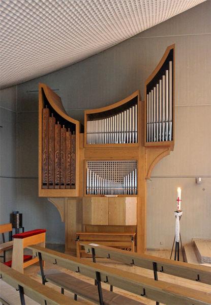 Datei:Reiskirchen Auferstehungskirche Innen Orgel 01.JPG