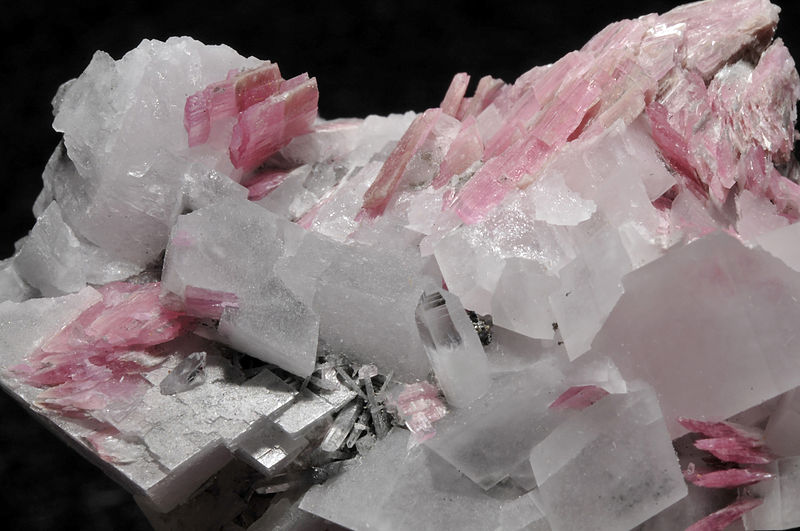 File:Rhodonite, calcite, quartz.JPG