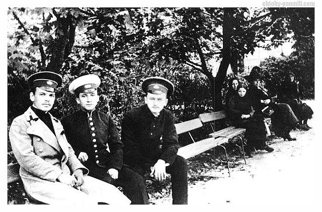 Гимназист К.Г.Паустовский (крайний слева) с друзьями.