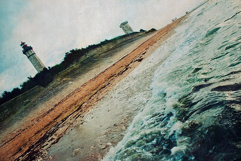 File:Saint-Clément-des-Baleines avec sa phare.jpg