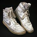 Schuhe von Joschka Fischer im Deutschen Ledermuseum.jpg