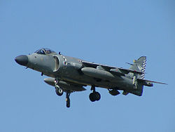 Sea Harrier FA2 za letu na letecké přehlídce Royal International Air Tattoo.