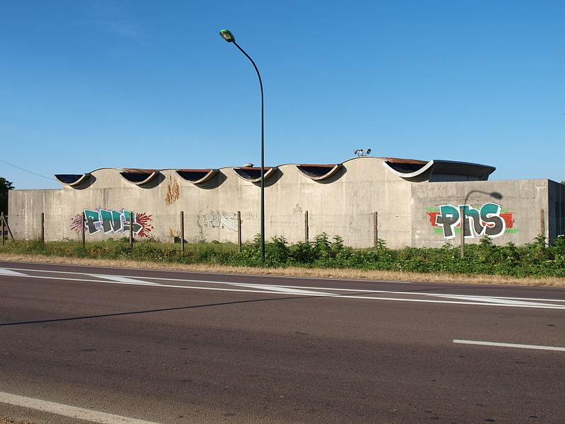 Graffiti situés route d'Auxerre à la sortie de Sens (Yonne, France), face à un hypermarché.