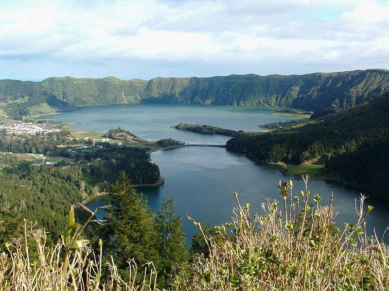 Ficheiro:Sete cidades twin lakes.JPG