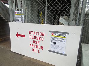 Nassau (Staten Island Railway station) - A sign barricading the entrance to the Nassau station, directing passengers to the new Arthur Kill station.