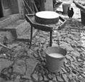 "Sir v obodu na mizi z žlebom, po katerem odteka ""sirata"" 1951.jpg"