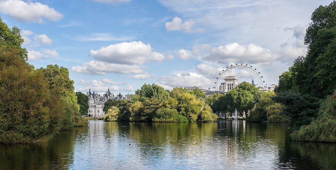 جولة في مدينة الضباب ( لندن ) 1280px-St_James's_Park_Lake_–_East_from_the_Blue_Bridge_-_2012-10-06.jpg