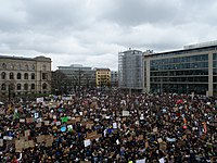 Start of the FridaysForFuture demonstration Berlin 15-03-2019 view from top 05.jpg