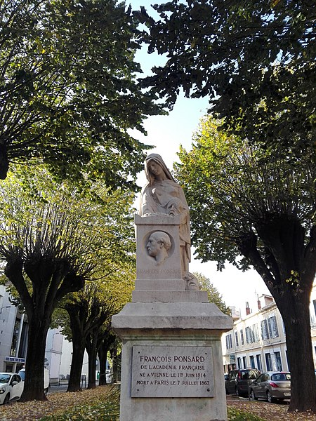File:Statue de François Ponsard devant la sous-préfecture de Vienne (Isère).jpg