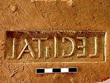 Stempel (odwrócony) z dachówki znalezionej w Novae i wyprodukowanej przez żołnierzy Legionu I Italskiego (fot. Wikipedia - Janusz Recław, lic.C.C.3,0)