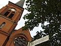 Straßenschild Nordergraben (markiert den ehemaligen Graben der Stadtmauer) und Schmerzhafte Mutter St. Maria-Kirche (Flensburg).JPG