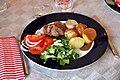 Svinemørbrad, salat, sovs og kartofler (4993303011).jpg