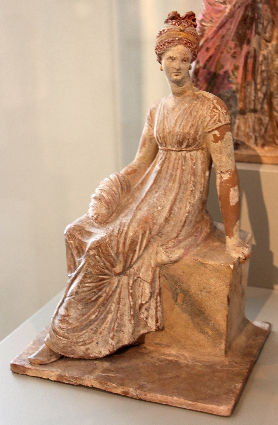 Tanagra o corinto, figura di donna seduta, 325-150 ac ca. 11.JPG