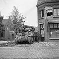 Tankeenheden van de Irish Guards nemen stelling op een kruising in Aalst, Bestanddeelnr 255-9181.jpg